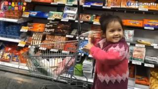 Little Girl LyLy doing Grocery Shopping / LyLy đi siêu thị / LyLy fa la spesa!
