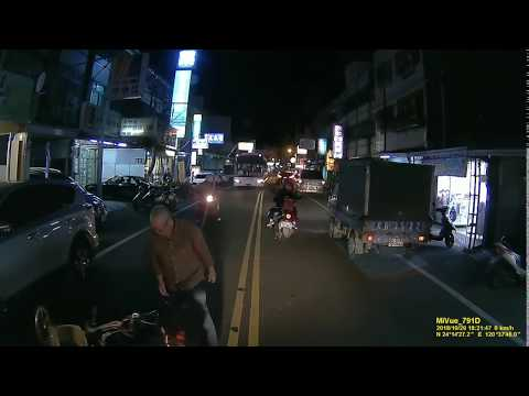(差點被碾)三寶亂開車門 腳踏車騎士噴飛