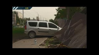 У столиці автомобіль збив 2 людей на переході та врізався у паркан