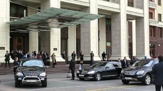Президент Аргентины выходит из отеля в Москве