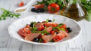 Салат из копченой курицы с овощами и маслинами
