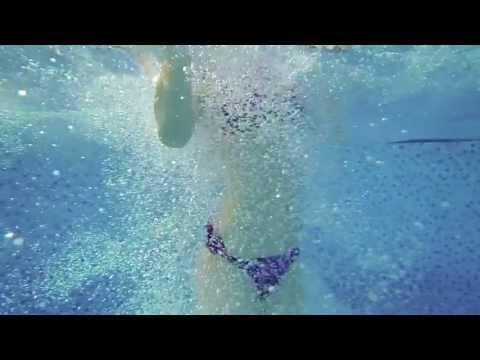 Красивая девушка под водой - красиво!