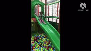 Детские развлечения,играем в парке игрушек дети играют