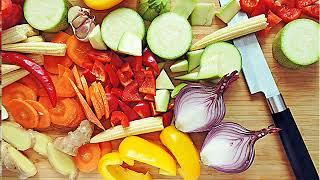 Теплый салат с креветками и томатным соусом