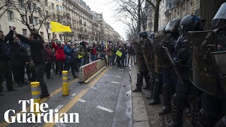 Scuffles between police and gilet jaunes during protest over new security bill