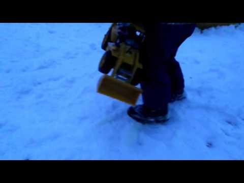 Трактор чистит снег. Игры в снегу.
