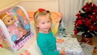 Челлендж Девочки против мальчиков ПОДАРОК НА НОВЫЙ ГОД под елочкой Живая кукла игры для детей кукла