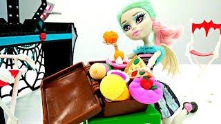 Монстер Хай Рошель собирает чемодан: сладости или платья?