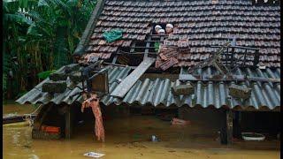 Trận đại hồng thủy nhấn chìm hàng ngàn nhà dân ở Quảng Bình, người người đói, rét