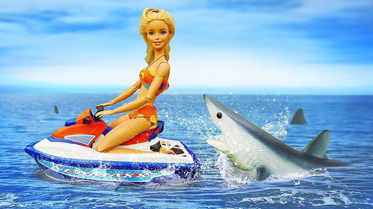 Barbie monta en el Hidro Scooter. Juguetes para niñas. Vídeos de Barbie en español