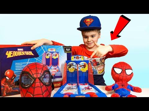 Супер герой человек паук  и игра в настольный баскетбол