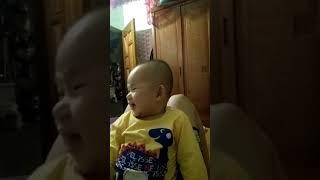 Em bé cười