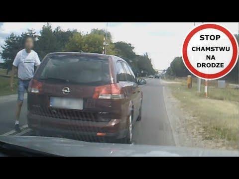 """Kierujący Oplem Vectrą wyprzedza, zajeżdża drogę i stara się zablokować kierującego samochodem z kamerą. Wszystko dlatego, że ten go wyprzedził? Mamy dziwne podejrzenie, że mogło chodzić o coś jeszcze - kierowca Vectry w pewnym momencie nawet wysiada z auta. Wyraźnie chce coś """"wyjaśnić"""" z drugim kierującym."""