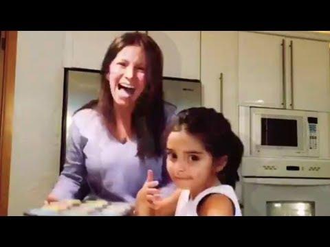 Alessandra Rosaldo y su hija Aitana preparan cupcakes
