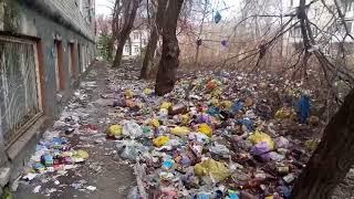 Очевидец: жители дома на Тверской выкидывают мусор прямо из окон