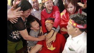 Mẹ của trung vệ Bùi Tiến Dũng lại ngất vì bàn thắng của Quang Hải