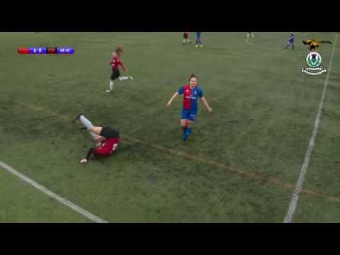 La increíble reacción de una futbolista tras discolarse la rodilla en pleno partido