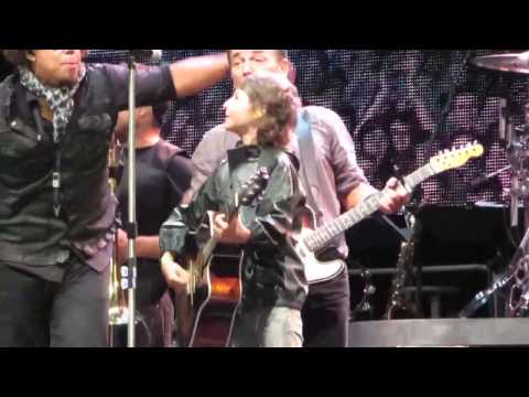 Bruce Springsteen - Young Fan Gets Guitar From Bruce - Dancing In The Dark - Kilkenny 2 - 28th July