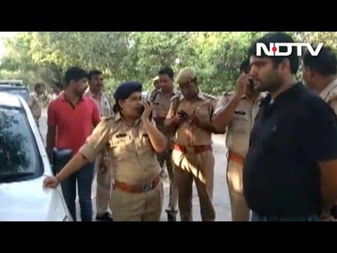 Uttar Pradesh: कैदियों ने पुलिसकर्मियों की आंखों में फेंका मिर्च पाउडर, फिर गोली मारकर की हत्या