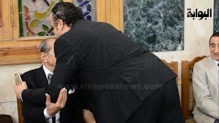 تامر عبدالمنعم يُقبل رأس فريد الديب في عزاء
