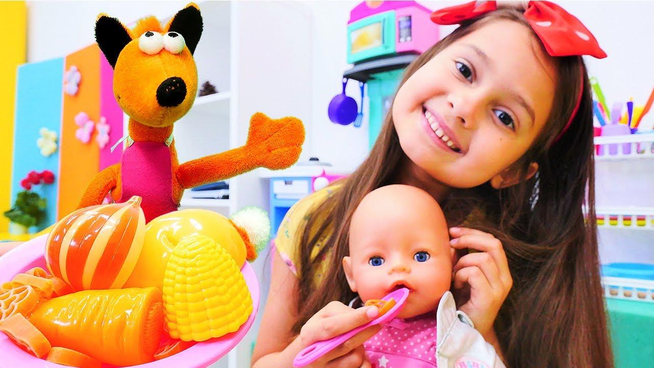 Selín prepara una sopa de verduras para su bebé. Las muñecas Baby Born. Vídeos para niñas