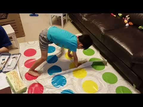 Lucas Playing Twister 馮子朗朗玩Twister