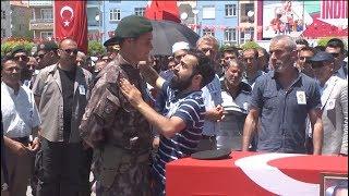 Şehit cenazesinde polisin gözyaşlarını sildiler