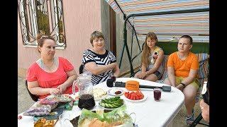 Вино, слезы и аджика: горячий прием в Сухуме обманутых туристов из России