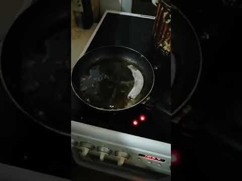 Рыба вьюн живая даже в сковородке.  Трэш.  Жизнь без головы.  Выпотрошена