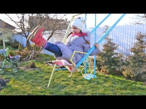 Как научить ребенка кататься на качелях видео
