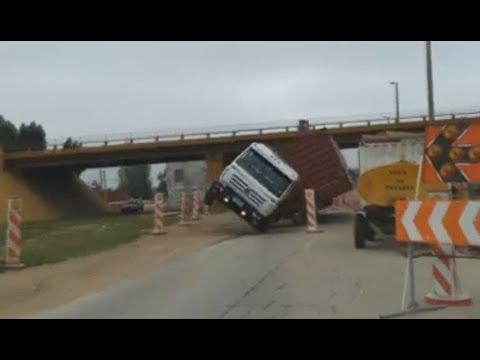 Se da vuelta un camion de manera INCREIBLE!