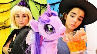 Cadılar Özge ve Mina Pony'ye vitaminli su yapıyorlar!