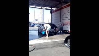 Как правильно мыть машину на мойке самообслуживания(Чувак приехал на мойку и моет своё ведро своим ведром., 2016-07-09T16:53:50.000Z)