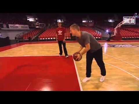 Bastian Schweinsteiger spielt Basketball