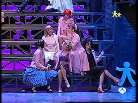 Gisela i el elenco de grease cantando