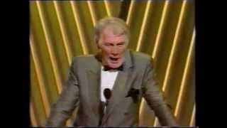 BR OSCAR 1992 Jack Palance faz flexão unilateral após receber prêmio por Amigos Sempre Amigos