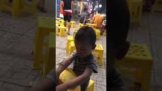 Biểu cảm của em bé khi ăn sữa chua lạnh khiến ai cũng phải bật cười