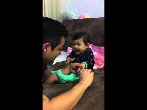 Un bambino ed il proprio papà ridono a crepapelle mentre scherzano
