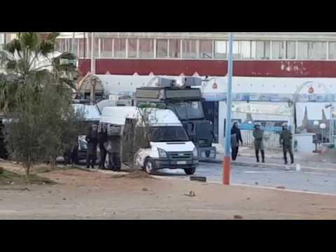 فيديو : مواجهات بين عناصر الامن و متظاهرين في مدينة بويكيدان .