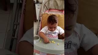 Emanuella comendo bolo