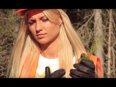 Красавицы садят лес с помощью экскаватора