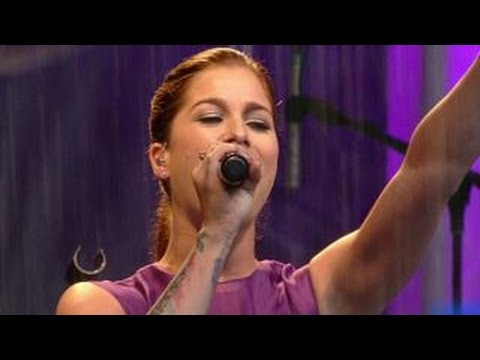 Cassadee Pope performs 'I Wish I Could Break Your Heart'