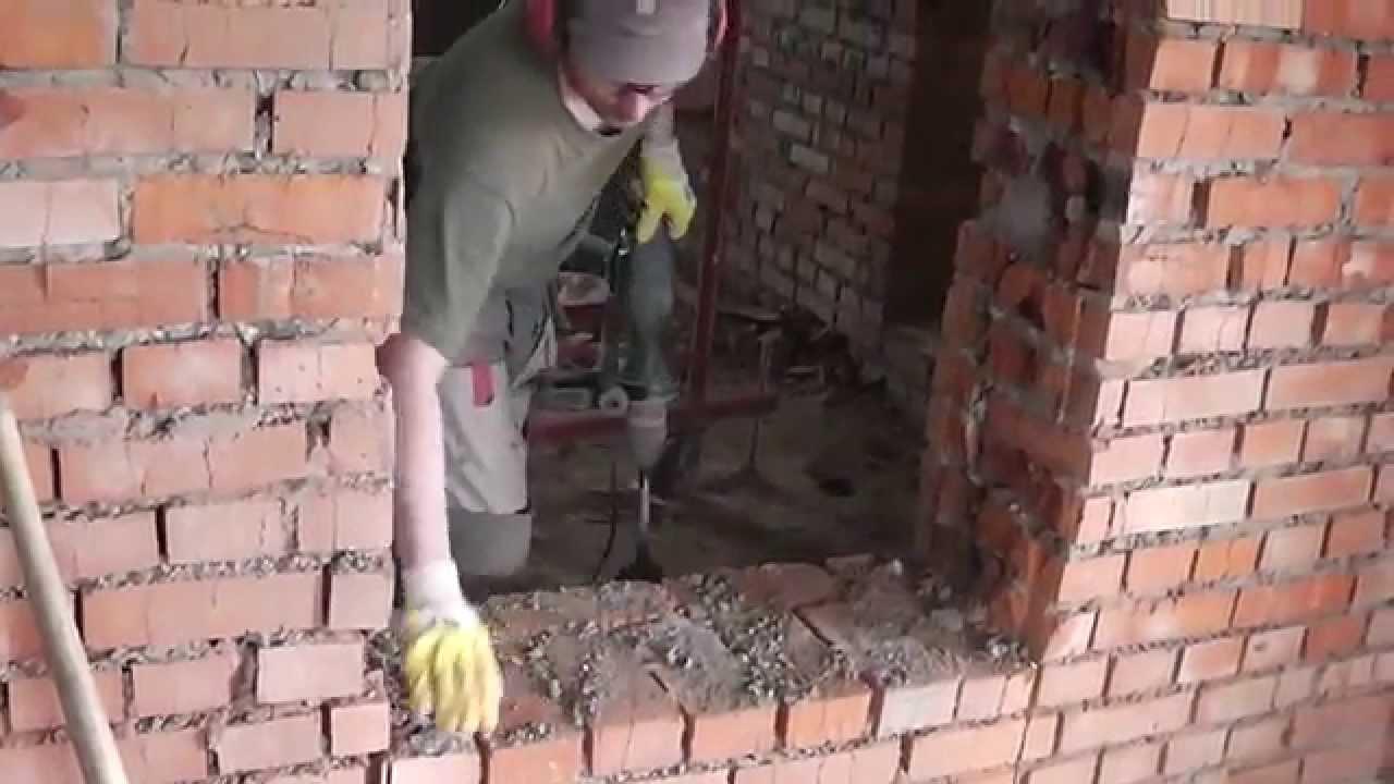 Дверной проём в кирпичной стене