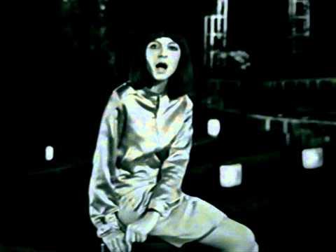 """Clothilde  chante : """"Fallait Pas Ecraser La Queue Du Chat""""  dans Qui Marions-nous? (1967) :"""