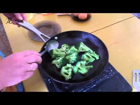 Брокколи жареная с яйцом. Broccoli fried with eggs.