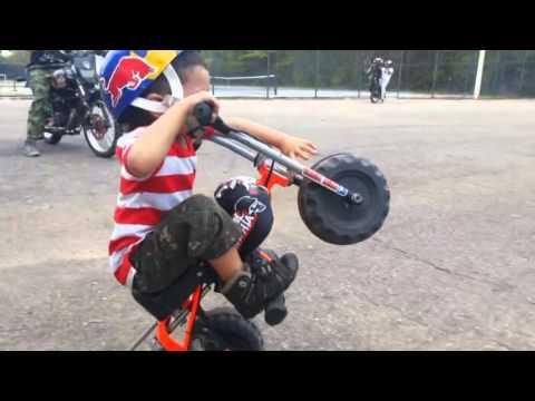 Video aksi motor cross anak meniru orang dewasa