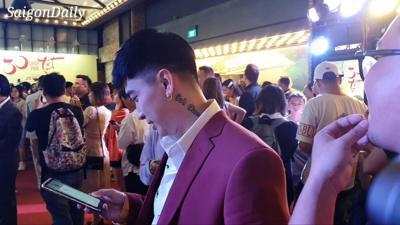 Ca sĩ Chi Dân lộ hình xăm lạ cực chất khi mừng Trường Giang, Nhã Phương ra phim mới