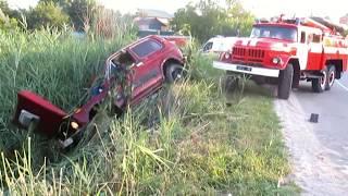 Полтава: рятувальники витягли автомобіль із місцевого ставка, в якому перебувало 2 людини