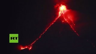 La lava desciende del volcán Mayón en Filipinas