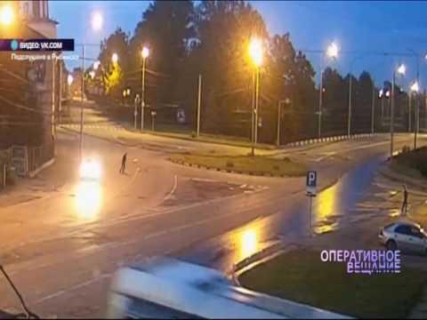 В Рыбинске парни сыграли в футбол бутылкой на оживленной трассе